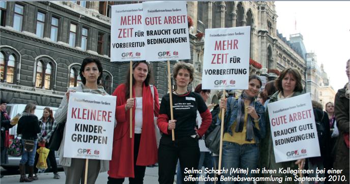 Selma Schacht (Mitte) mit ihren Kolleginnen bei einer öffentlichen Betriebsversammlung im September 2010.