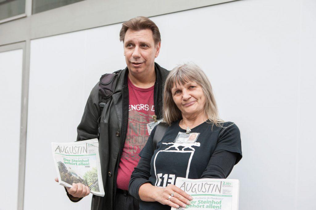 Traude Lehner und ihr Mann sind beide Augustin-Kolporteure. Rund 500 von Armut betroffene Menschen verkaufen die 1995 gegründete Zeitung. (Copyright: Nurith Wagner-Strauss)