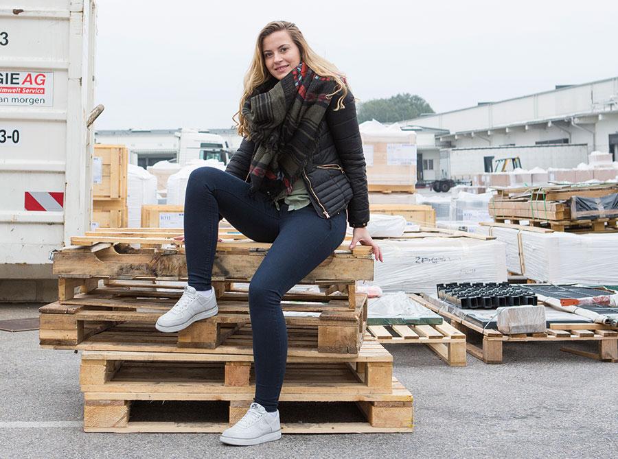 Katharina Damnjanovic, 20, wird derzeit bei DB Schenker zur Speditionskauffrau ausgebildet. Foto: Nurith Wagner-Strauss