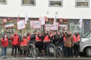 Protest. Beschäftigte aus der Werbebranche protestieren vor den Firmen der Arbeitgeber- Verhandler. Foto: Willi Denk
