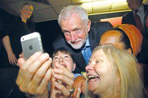 Wahlkampf 4.0: Der britische Labour-Politiker Jeremy Corbyn posiert im Rahmen seiner Wahlkampftour mit UnterstützerInnen für ein Selfie. Foto: GEOFF CADDICK / AFP / picturedesk.com