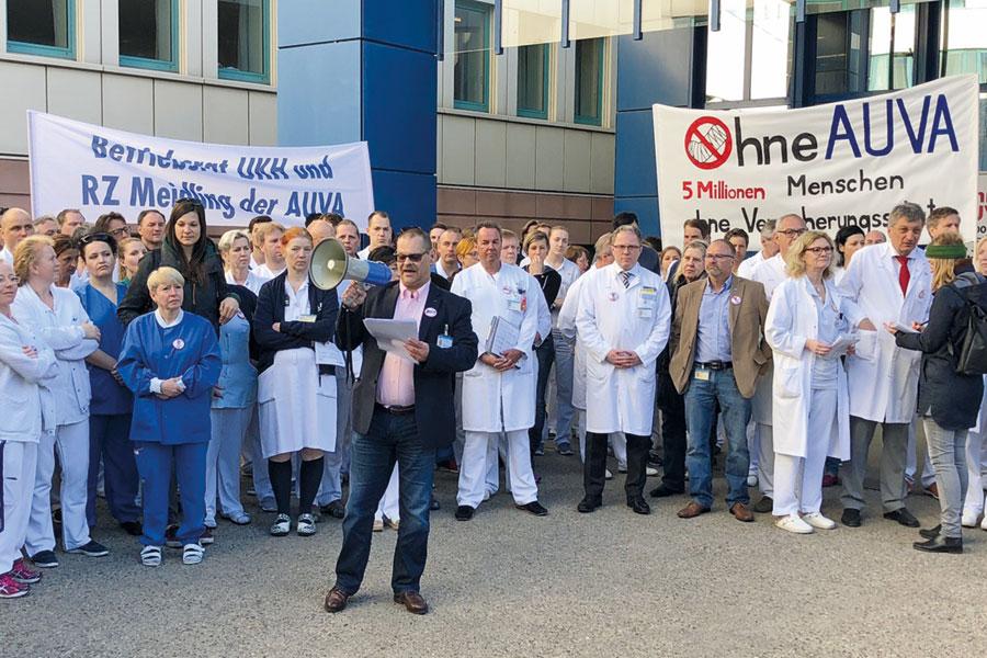 Manfred Rabensteiner, der Betriebsratsvorsitzende des Lorenz-Böhler-Spitals am 10. April 2018 bei einer Protestaktion gegen die geplanten Einsparungen bei der AUVA. Foto: Gernot Haidinger