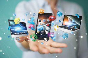 Facebook, Whatsapp und Twitter am Arbeitsplatz. Foto: Fotolia